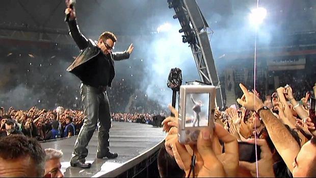 Argentyńscy fani stali przed trudnym wyborem, w tym samym czasie kiedy miał odbyć się koncert U2, Albiceleste walczyła o awans w Mistrzostwach  Świata w piłce nożnej. Irlandzki zespół postanowił poczekać z występem do czasu, aż skończy się mecz reprezentacji Argentyny.