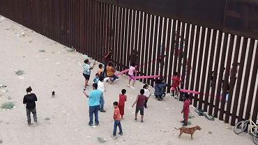 """Różowe huśtawki na murze oddzielającym USA i Meksyk nagrodzone. """"Przejmujące"""""""