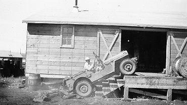 Alaska Day - 18 października 1867 r. zaczęła się jej amerykańska historia. Na zdjęciu mężczyzna w samochodzie w obozie dla pracowników budujących drogę, Alaska, ok. 1943 r.