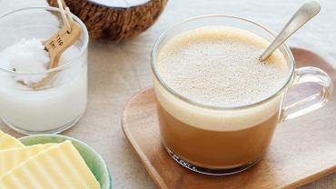 Kawa z masłem jako dobry początek dnia? To jakiś żart? Nic z tych rzeczy!