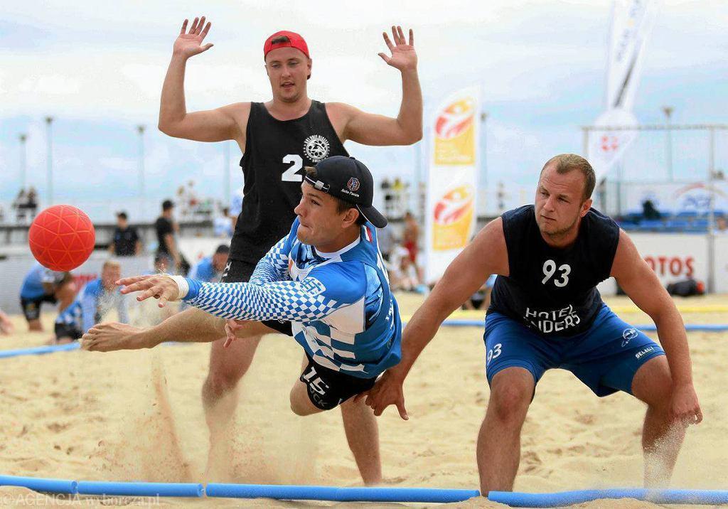 Piłkarze ręczni plażowi BHT Auto Forum Petra Płock podczas turnieju w Gdańsku