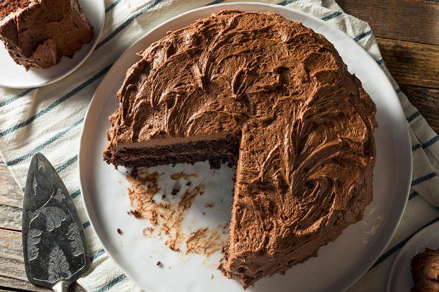 Ciasta przekładane z kremem - klasyczna propozycja na co dzień i od święta [2 PRZEPISY]