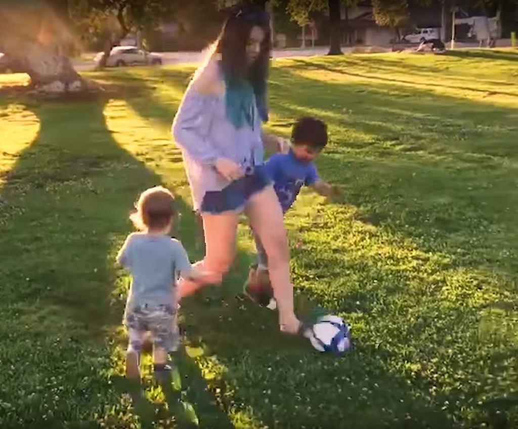 Mama grała z synami w piłkę.