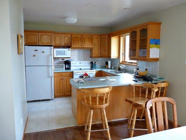 Stara kuchnia była zabudowana typowumi szafkami kuchennymi. Całość wyglądała nijako i bez wyrazu. Nowym właścicielom podobał się jednak sam układ pomieszczenia, duża lodówka i kuchenka w stylu retro oraz kwadratowe okno. metamorfoza kuchni