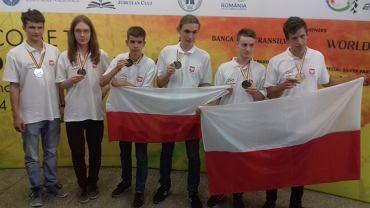 Na zdjęciu polska reprezentacja na Międzynarodowej Olimpiadzie Matematycznej w rumuńskim Kluż. Od lewej: Tomasz Ślusarczyk, Mariusz Trela, Radosław Żak, Daniel Murawski, Radomił Baran, Jan Fornal.