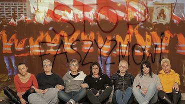 To one blokowały Marsz Niepodległości. Siedzą od lewej: Agnieszka Wierzbicka, Elżbieta Podleśna, Beata Geppert, Agnieszka Markowska, Kinga Kamińska, Ewa Błaszczyk, Izabela Możdrzeń. A teraz zbierają podpisy pod petycją o finansowaniu organizacji faszystowskich