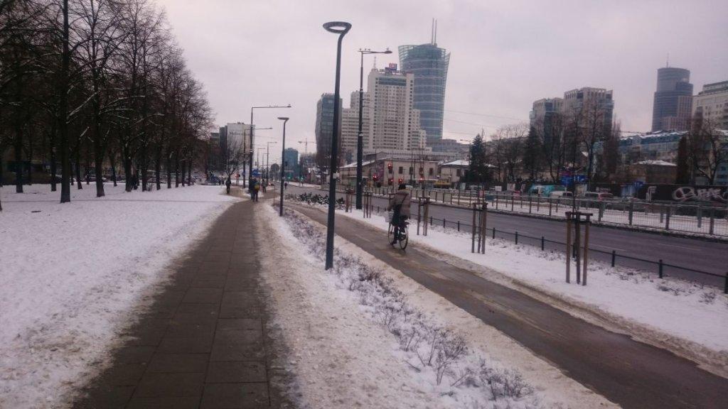 Odśnieżona droga dla rowerów wzdłuż ul. Prostej (przed skrzyżowaniem z ul. Żelazną)