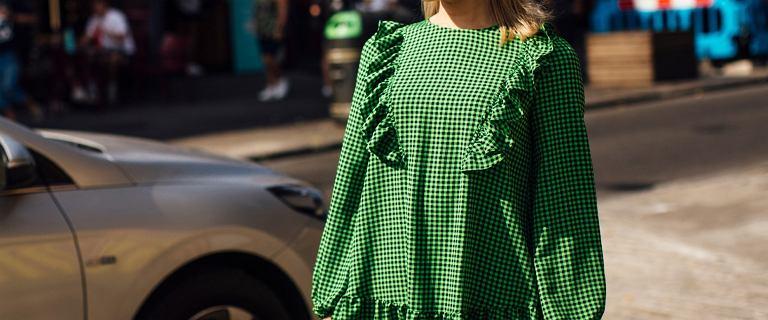 Sukienka z falbankami to hit tego sezonu! Z czym ją nosić, by wyglądać modnie i stylowo?