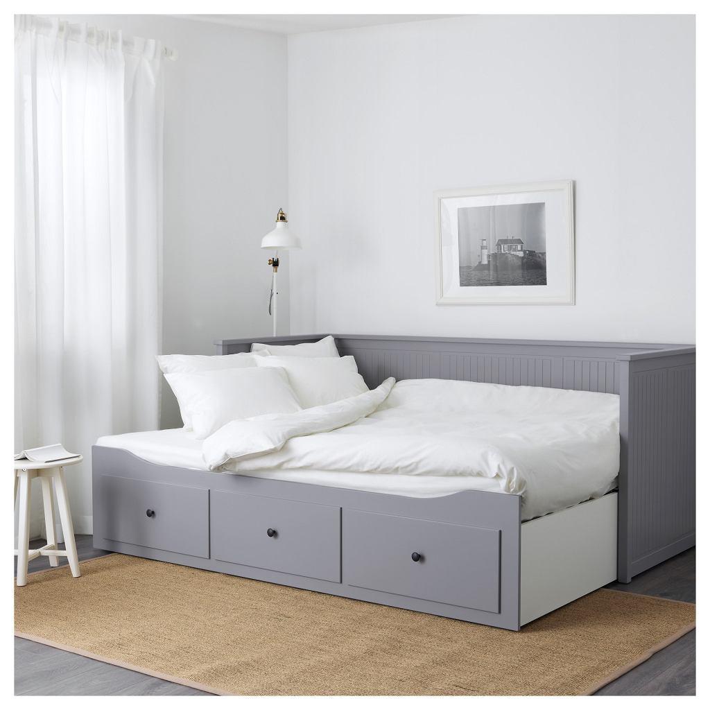 Łóżko Ikea Hemnes z czterema funkcjami. Służy jako kanapa, pojedyncze lub podwójne łóżko i miejsce do przechowywania rzeczy.