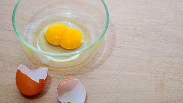 Jajko z dwoma żółtkami zawsze wzbudza ciekawość, tym bardziej, że taka niespodzianka zdarza się naprawdę rzadko.