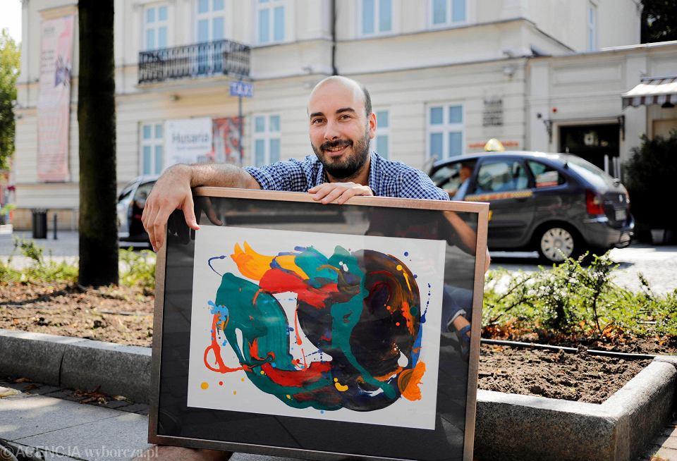 Marek Mszyca z jedną ze swoich prac pokazanych w Wejściówce