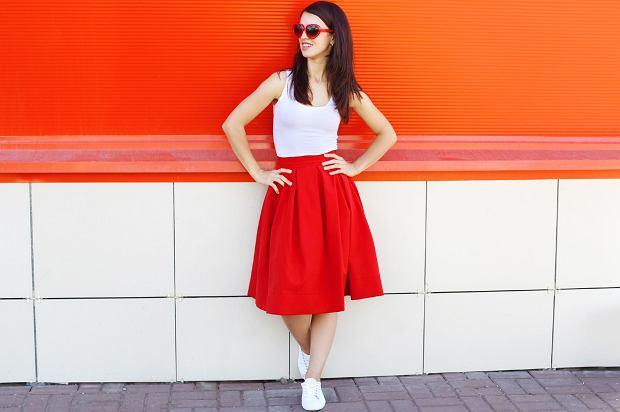 czerwona spódnica rozkloszowana