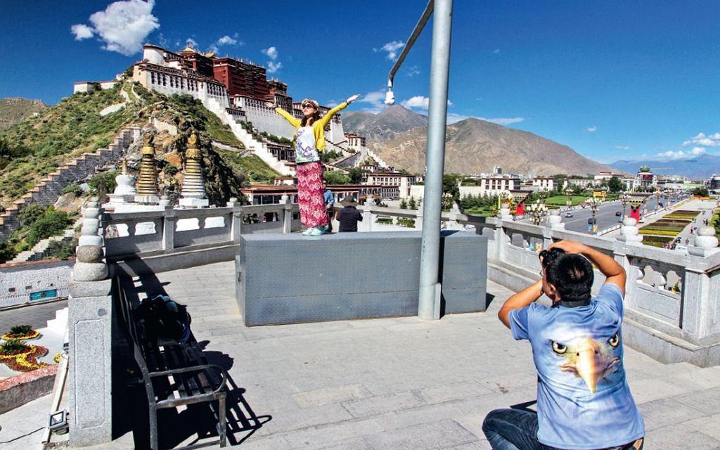 Tybet. Para fotografująca się na tle pałacu Potala