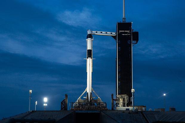 Rakieta stojąca przy wieży serwisowej. Widać też rozłożony pomost dla załogi i techników
