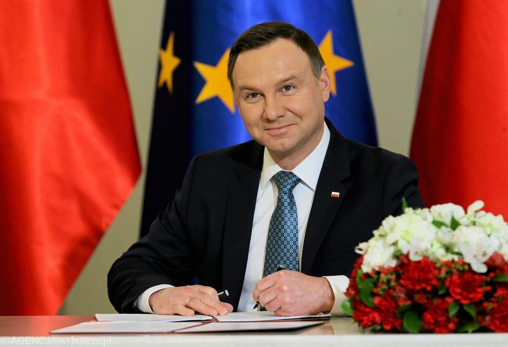 Andrzej Duda podpisuje. Na zdjęciu: Ustawy o obniżeniu wieku emerytalnego. Warszawa 19 grudnia 2016