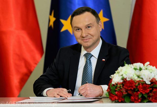 Andrzej Duda podpisuje. Na zdjęciu: Ustawy o obniżeniu wieku emerytalnego. Warszawa 19 grudnia 2016 - miniatura