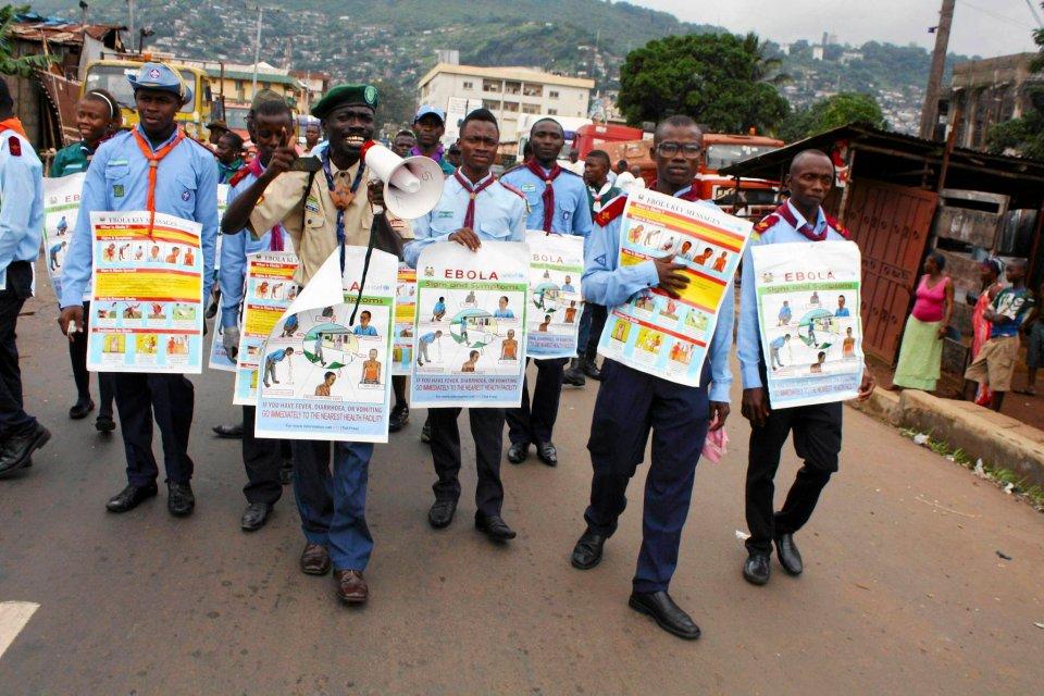 Wolontariusze UNICEF informują mieszkańców Freetown (Sierra Leone) o tym, jak można zarazić się ebolą.