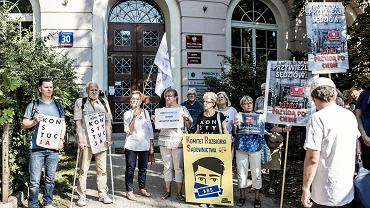 Kolejny dzień pikiety przeciwników pisowskich zmian w sądownictwie. W siedzibie KRS sędziowie powołani przez partię rządzącą przesłuchują sędziów znanych z obrony niezależności sądów. Warszawa, 21 września 2018