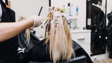 Jakie kolory włosów odmładzają, a które postarzają? Sprawdź, na co stawiać, a czego unikać (zdjęcie ilustracyjne)