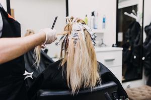 Jakie kolory włosów odmładzają, a które postarzają? Sprawdź, na co stawiać, a czego unikać