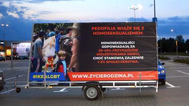 Przyczepy z banerami przeciwko LGBT stanęły przy sklepie Ikea w Lublinie