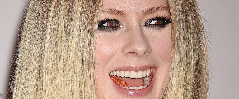 Avril Lavigne promuje singiel nagim zdjęciem. Fotografia wywołała niemałe zamieszanie!
