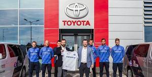 Dakar - Toyota nowym sponsorem Stali Rzeszów. Klub otrzymał już trzy auta [WIDEO]