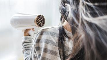 Jak dodać włosom objętości? Pomoże Ci suszarka! Triki, które musisz znać (zdjęcie ilustracyjne)