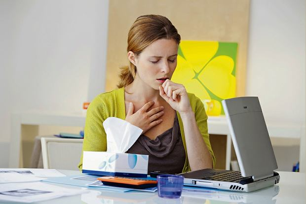 Katar, kaszel, ból gardła i gorączka? 69 proc. Polaków idzie do pracy mimo przeziębienia lub grypy