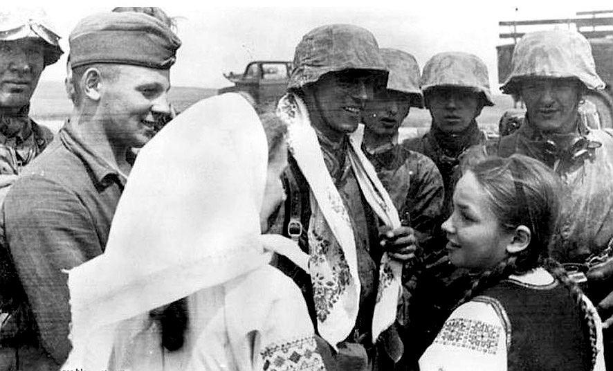 Żołnierze Waffen-SS witani przez ukraińskie dziewczęta, lato 1941 r.