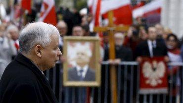 6. rocznica katastrofy smoleńskiej. Jarosław Kaczyński pod Pałacem Prezydenckim