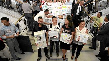 12 czerwca 2013 r., Sejm. Rodzice z akcji 'Ratujmy maluchy i starsze dzieci też' przekazują milion podpisów pod wnioskiem o zwołanie referendum edukacyjnego