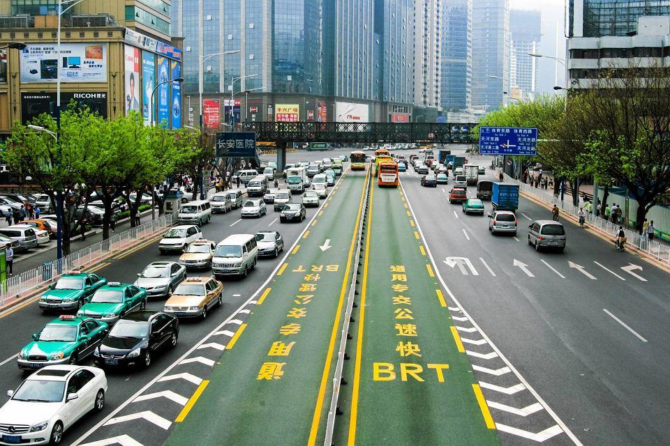 Szerokie korytarze BRT (Bus Rapid Transit) umożliwiają autobusom szybki i bezkolizyjny przejazd przez miasto. Na ich wprowadzenie decydują się miasta, które kiedyś stały w korkach, m.in. Guangzhou (na zdjęciu) i Kurytyba