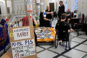 Osoby niepełnosprawne odpowiadają na Piątkę Kaczyńskiego. Zapowiadają protest o godne życie