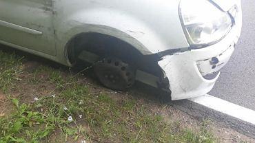 Trzy koła i trzy promile - pijany kierowca jechał samochodem bez koła