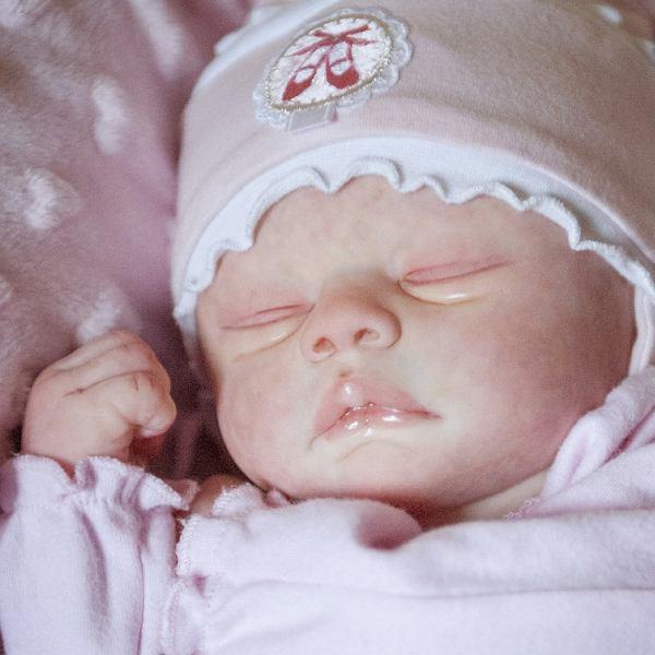 To nie przypadek, że lalki nazywa się reborn, czyli odrodzone. Wszystko, co dzieje się wokół tej lalki od momentu jej stworzenia i adopcji, ma za zadanie odzwierciedlenie rzeczywistości narodzenia dziecka i tym samym staje się jak najbardziej rzeczywiste