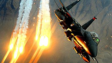 Amerykański samolot F-15E wystrzeliwujący flary. Takie miały zbombardować bazę USA w Syrii