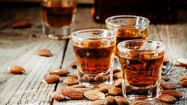 Amaretto - drink z tym likierem ma swoich wielbicieli, ale wiele osób dodaje go także do kawy, a niektórzy piją bez dodatków