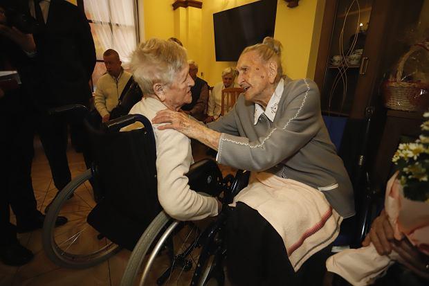 Zdjęcie numer 2 w galerii - Elżbieta Rogala kończy 108 lat, życzenia i kwiaty od marszałka [ZDJĘCIA]