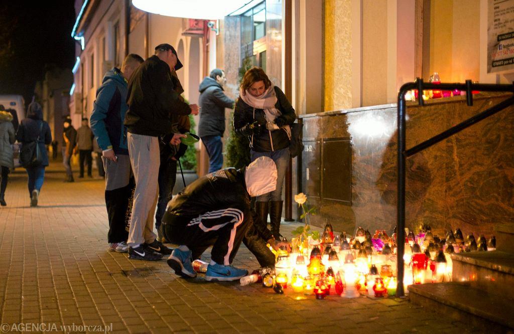Ełk. Mieszkańcy miasta składają znicze pod barem Prince Kebab, przed którym zginął 21-letni Daniel