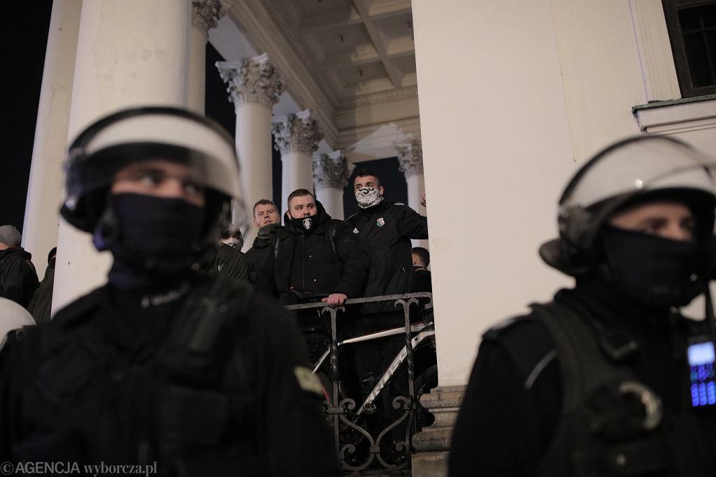 Protestujący na placu Trzech Krzyży w Warszawie
