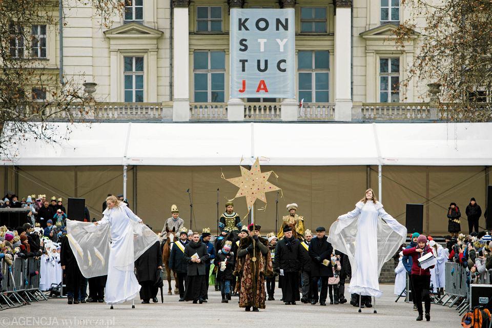 Baner z napisem 'Konstytucja' na gmachu Arkadii. Na pierwszym planie: Orszak Trzech Króli. Poznań, Plac Wolności, 6 stycznia 2019