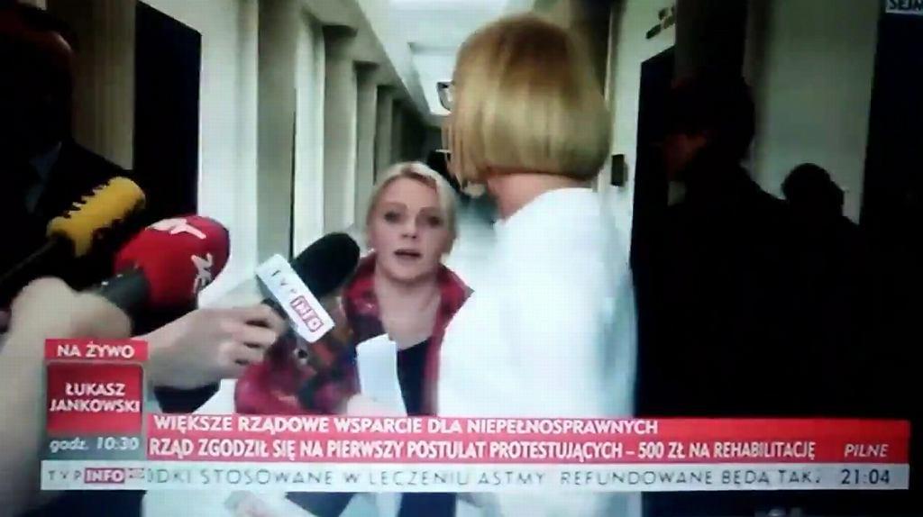 Elżbieta Rafalska i Joanna Kopcińska uciekają przed protestującą matką w Sejmie