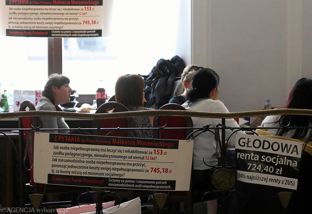 Protest rodziców osób niepełnosprawnych w Sejmie