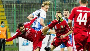 I liga, listopad 2015. Stomil Olsztyn - Miedź Legnica 0:1. O piłkę walczy Grzegorz Lech
