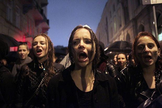 Uczestniczki 'Czarnego Protestu' pod Teatrem Polskim, w którym obecny był prezydent Andrzej Duda oraz prezes PiS Jarosław Kaczyński, Warszawa, 03.10.2016 r.