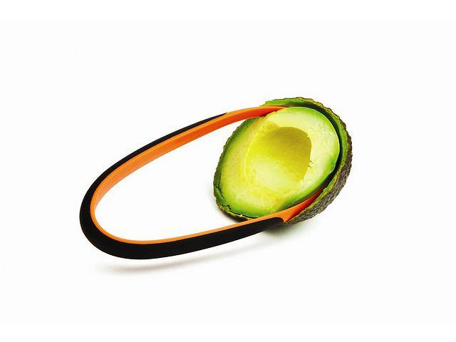 Dwuczęściowy zestaw do obierania owoców Fiskars, wykonany z tworzywa wzmocnionego włóknem szklanym. Po uprzednim pokrojeniu owocu awokado, kiwi, mango lub niewielkiego melona przy pomocy noża, możemy użyć wydrążacza w celu oddzielenia miąższu od skórki lub usuwania pestek z owoców. Cena: cena ok. 20 zł