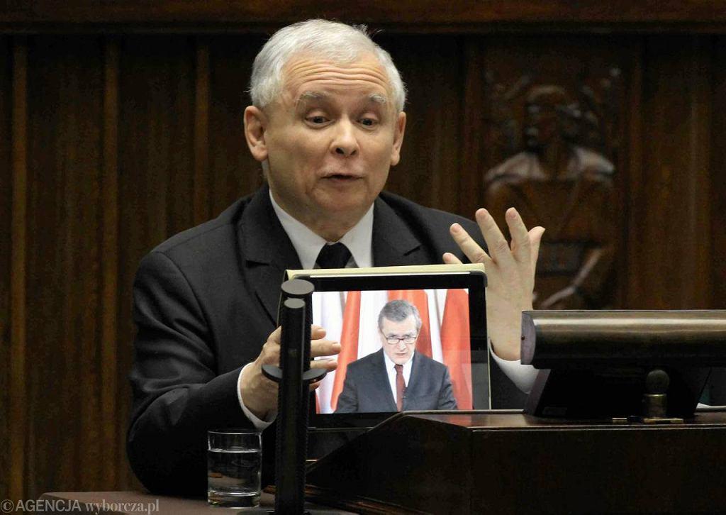 Jarosław Kaczyński w Sejmie z tabletem, z którego przemawiał prof. Gliński
