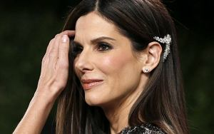 Sandra Bullock attends the 2013 Vanity Fair Oscars Party in West Hollywood, California February 24, 2013.  REUTERS/Danny Moloshok  (UNITED STATES TAGS:ENTERTAINMENT) (OSCARS-PARTIES)