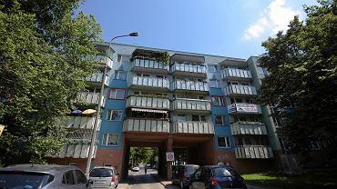 Zmodernizowane budynki z wielkiej płyty przy ul. Komandorskiej